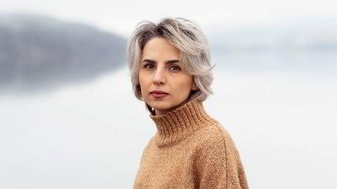 Fatemeh Ekhtesari fikk opphold i Norge etter at hun ble dømt for blasfemi, propaganda mot systemet og for å håndhilse på en mann. Nå bor hun ved Mjøsa på Lillehammer.