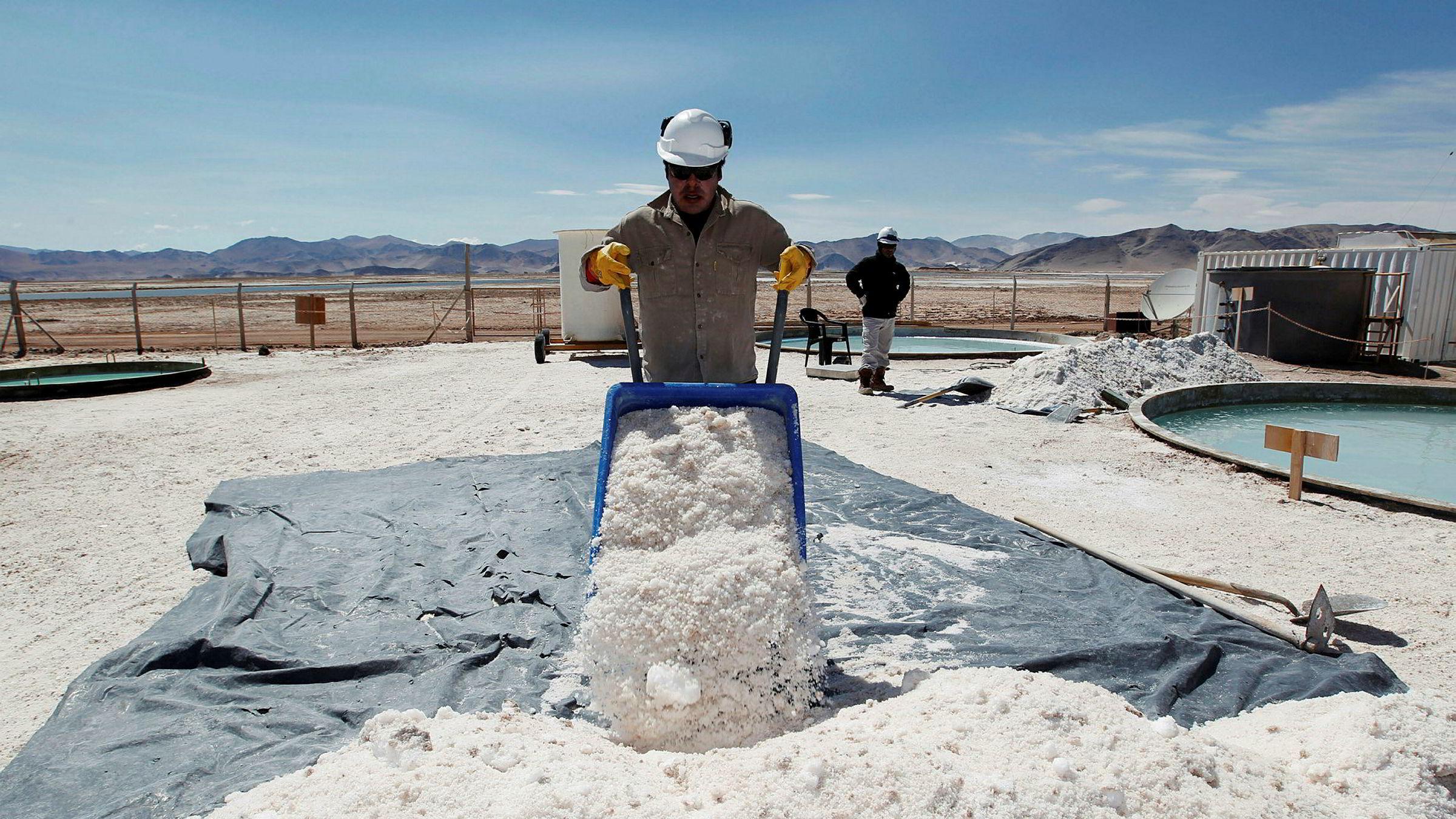 Argentina har verdens største påviste reserver med litium, som her på 4000 meter over havet i saltørkenfjellene. Braulio Lopez i det australske selskapet Galaxy Resources jobber her med utvinning av litium.