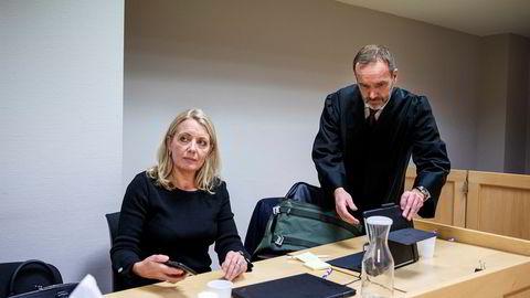 Nina Widerøe har saksøkt sin bror, her med sin advokat Egil Jarslett