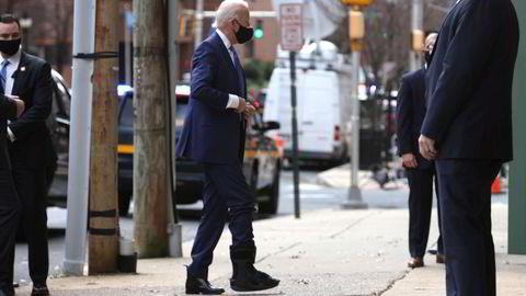 – Jeg kommer ikke til å gjøre noen umiddelbare valg, og det samme gjelder tollene, sier Biden til New York Times. Her er Biden avbildet i Wilmington tirsdag etter at han skadet foten under lek med hunden i helgen.