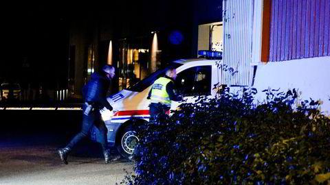 Politiet gjør undersøkelser i Kongsberg sentrum etter hendelsen.