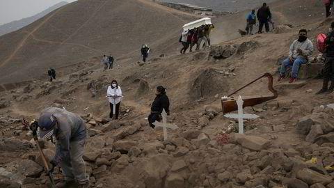 Gravlegging av døde etter korona viruset i Peru.