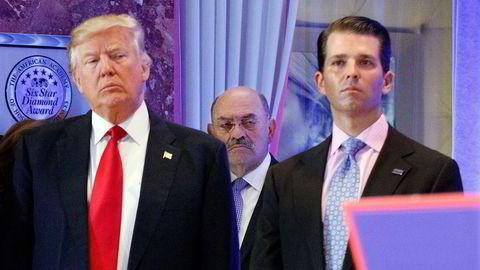 Allen Weisselberg (bak) var som finansdirektør i Trump Organization i en årrekke Donald Trumps pengemann. Her på et sjeldent bilde med ekspresidenten og eldstesønnen Donald Trump Jr. på en pressekonferanse i lobbyen i Trump Tower i New York i januar 2017.