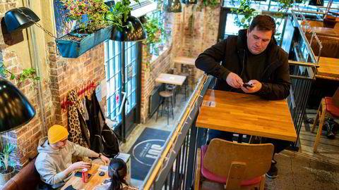 – Det har ikke vært bransjen som har vært grunnen til de store smittesvingningene i Trondheim, sier avdelingsleder Børge Ånesen i Fellesforbundets avdeling 250, som er glad for at alkohol igjen kan serveres. Her på Sot Bar & Burger på Solsiden i Trondheim.