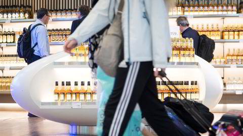 Taxfreebutikkene på Oslo Lufthavn (bildet) omsetter for mer enn to milliarder kroner i et normalår og finansierer flyplasser som går med underskudd. For valget åpnet Arbeiderpartiet for å kutte i kvotene, i stedet for å bygge ned ordningen.