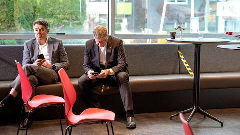 Norwegians toppsjef Jacob Schram (fra høyre) og finansdirektør Geir Karlsen har fått selskapet gjennom en konkursbeskyttelse. Nå må de kontakte investorer for å få dem til å tegne seg for inntil seks milliarder kroner.