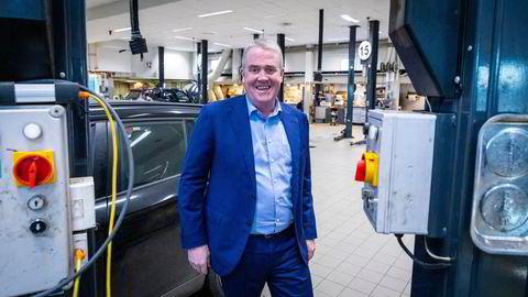 Administrerende direktør Frode Hebnes i Bilia smiler over resultatet for 2020. Her på verkstedet til Bilia på Skøyen, i Oslo.