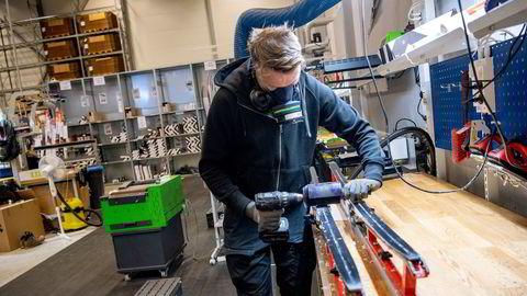 Når snøen la seg i lavlandet og samfunnet stengte ned, ble det nok å gjøre for Simon Sollander på skiverkstedet hos XXLs lager på Nordkisa. Den siste måneden har mye av salget flyttet seg fra varehus til nettbutikken.