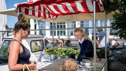 Støtvig Hotel på Larkollen er fullbooket i hele juli. Her kjøper to gjester is av Selma Sørensen fra en isbil på hotellet.