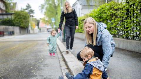 Olje- og energiminister, og Høyre-nestleder, Tina Bru med sønnen Ellis (2,5) og Sandra Bruflot med datteren Embla (snart 2). De to småbarnsmødrene mener Høyre må ha bedre svar til småbarnsfamiliene og får nå med seg partiet på å gjøre barnehage mer tilgjengelig og billigere.