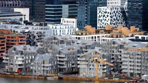 Mye tyder på at kostnadene ved å ekskludere en rekke virksomheter i ulike næringer langt vil overstige kostnadene ved å inkludere dem, skriver Iselin Nybø. Boliger under bygging i Bjørvika i Oslo.