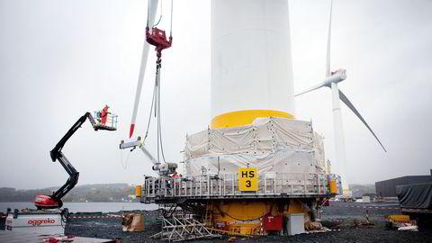 Sammenlignet med landbasert vindkraft er det om lag dobbelt så dyrt å bygge ut bunnfaste vindturbiner i nordsjøområdet i dag, skriver Magnus Korpås. Equinors havvindmøller monteres på Stord i 2017.