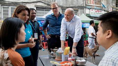Myanmar-sjef Lars Erik Tellmann og konsernsjef Sigve Brekke i Yangon i 2017.
