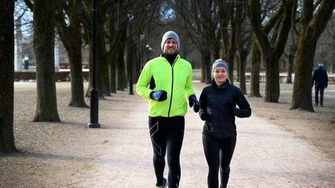 Kollegene Ellen Fjærvoll Samdal (32) og Steinar Mossige (30) har startet sitt eget treningsprogram under pandemien ettersom treningssentrene i Oslo er stengt.