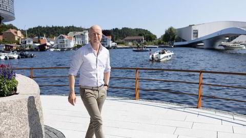 Atle Hauge i Odin Forvaltning tror flere aksjer på Børsen har en realitetsorientering i vente. Her avbildet på ferie på brygga i Mandal.