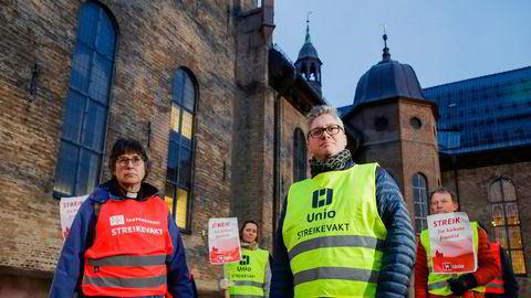 Streikende prester. Heinke Foertsch , fungerende nestleder for Fagforbundet teoLOgene og leder i Presteforeningen, Martin Enstad, under en markering for streikende prester utenfor Oslo domkirke.