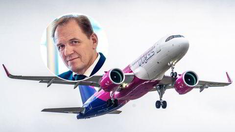 Wizz Air har startet flyvninger på norsk innenriks, og de ansatte om bord er fløyet inn fra Polen. Leder Yngve Carlsen (innfelt) i Norsk Flygerforbund reagerer kraftig på innholdet i arbeidskontraktene til flere av dem.