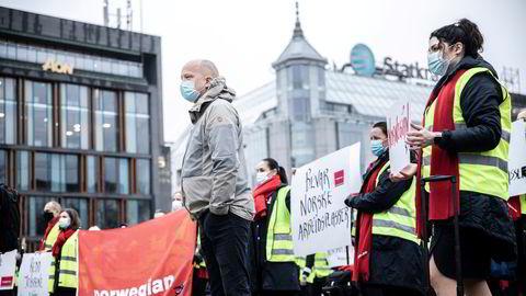 Trygve Slagsvold Vedum (Sp) sto på barrikadene da Norwegian-ansatte demonstrerte foran Stortinget mot regjeringens nei til å gi Norwegian pengestøtte 11. november i fjor.