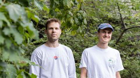 Mats Olsen (t.v.) og Fredrik Haga startet opp blokkjedeanalyseselskapet Dune Analytics i august 2018. For ett år siden var det kun de to, nå har selskapet vokst til 15 ansatte.
