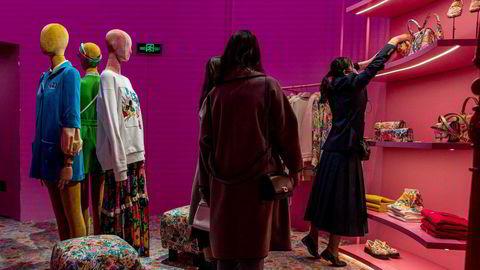 Etterspørselen etter europeisk luksus er svært høy i Kina, slik som her i en Gucci-butikk i Beijing fra april i år.