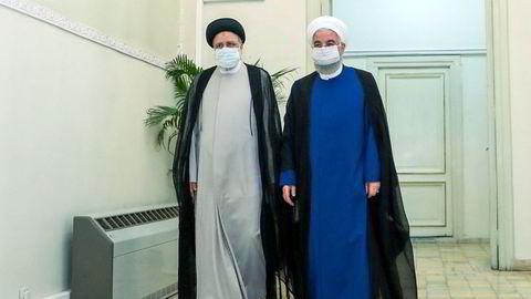Avtroppende president Hassan Rouhani (til høyre) og arvtageren Ebrahim Raisi på et offisielt bilde fra iranske myndigheter.
