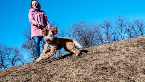 – Da pandemien kom, så vi en mulighet til å ha tid til å ta oss av en hund i valpetiden, sier Anne Øyen med åtte måneder gamle Bark i Stensparken i Oslo.