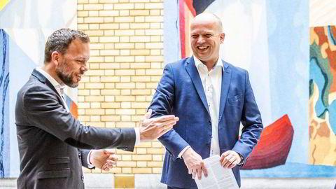 SV-leder Audun Lysbakken og Sp-leder Trygve Slagsvold Vedum har flere mandater enn alle regjeringspartiene, ifølge DNs ferske meningsmåling.