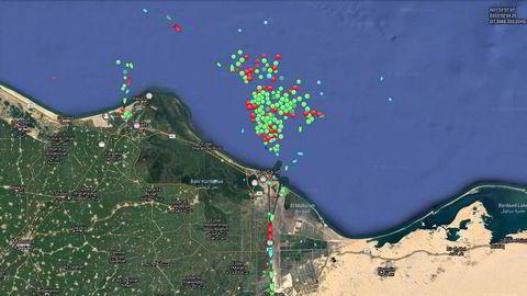 Kø av skip i Middelhavet utenfor kysten av Egypt med båter som venter å passere gjennom Suezkanalen. Båtene står i kø på grunn av skipet Ever Given som kjørte seg fast i Suezkanalen.