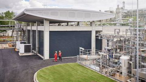 Hydrogenanlegget Refhyne, verdens største i sitt slag, bruker fornybar kraft til å lage grønt hydrogen ved Shells raffineri nær Köln og er realisert i et Sintef-ledet EU-prosjekt. Kapasiteten er fire tonn daglig og skal nå tidobles.