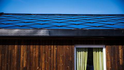 Artikkelforfatterne har analysert samlet virkning på utslipp og økonomi «fra vugge til grav» for et solcelleanlegg på cirka 60 m² takflate med solforhold som i Sandefjord. Illustrasjonsfoto.