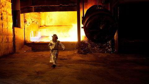 Aluminium- og ferrolegeringsverk står for 20 prosent av det norske strømforbruket. Restvarmen kan utnyttes bedre, skriver artikkelforfatterne. Her: Eramets ferromanganproduksjon i Sauda.