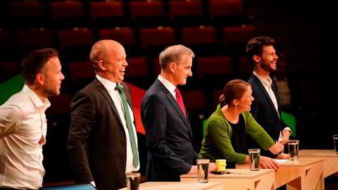 Den nye regjeringa bør legge opp til en full revisjon av energipolitikken som har vært ført siden 1990, da energiloven ble vedtatt, skriver Bjørnar Moxnes. Her partilederne Trygve Slagsvold Vedum (Sp) og Jonas Gahr Støre (Ap).