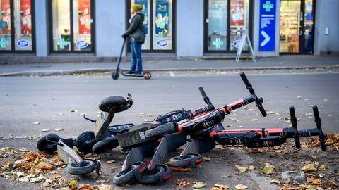 «Parkering» av elsparkesykler på Olaf Ryes plass på Grünerløkka.
