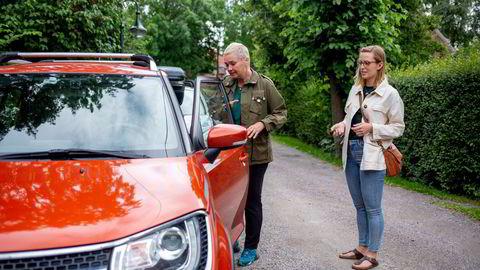 Bilkollektivet og Nabobil er helt fullbooket fordi mange tar norgesferie i år, forteller billedteksten til bildet fra i fjor sommer. Thea Amalie Junker (til venstre) leier her Eli Strands bil.