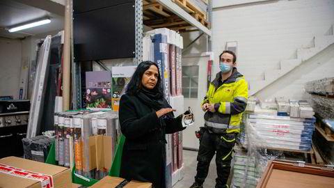 En ny nettplattform fra gründeren Anjali Bhatnagar finner kunder til varene som har ligget i minst ett år i byggevarekjedene uten å bli solgt. Her sammen med Jon Henrik Antonsen, driftsleder på byggevarekjeden Montérs butikk på Stabekk utenfor Oslo.