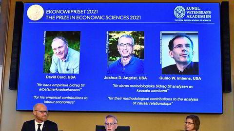 David Card, Joshua Angrist og Guido Imbens tildeles nobelprisen i økonomi for 2021. Bilde fra mandagens kunngjøring i Stockholm.