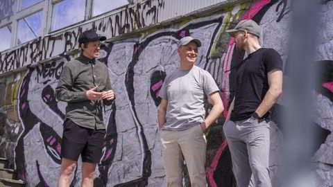 . Lasse Brurok (t.v.) var gatekunstner før han startet nettbokhandelen Bookis sammen med Arne-Morten Willumsen (t.h.). Her er de sammen med Christian Horn Hanssen som er investeringsansvarlig i Schibsted Growth.