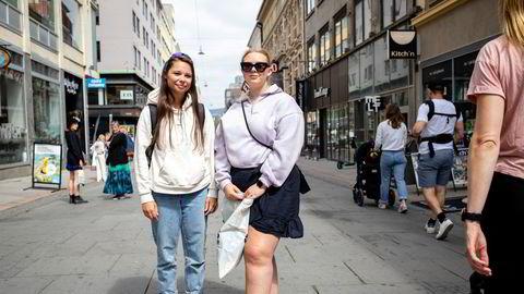Venninnene Thea Joelsen (25) fra Nes (t.v) og Nora Vatvedt (22) fra Halden var på shopping i Oslo mandag, men foretrekker egentlig å handle på nett. – Det er lettere å finne rett størrelse, det er større utvalg og tar mindre tid, sier Vatvedt.