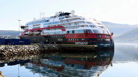 Her ligger hurtigruten MS Roald Amundsen i koronakarantene ved kai i Tromsø.