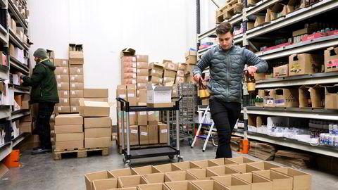 Gründer Eirik Tomter (til høyre) har etablert Norges første nettbutikk for håndverksøl gjennom selskapet Lokalbrygg. – Hittil har vi samlet 32 av landets håndverksbryggerier i nettbutikken, sier Tomter som gjør klart til sending av øl sammen med Geir Henrik Kruse (til venstre).