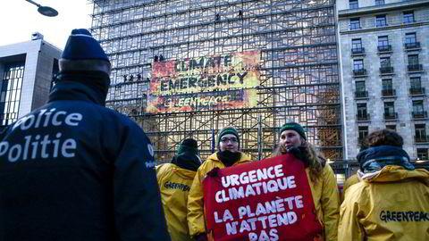 «Planeten venter ikke». Greenpeace-aktivister demonstrerer for mer aktiv klimapolitikk utenfor EUs rådsbygning i Brussel.