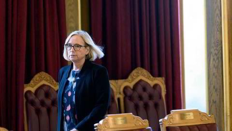 Senterpartiets parlamentariske leder Marit Arnstad mener det er uforståelig at ikke regjeringen har tatt noen initiativ for å skaffe vaksiner utenom EU-samarbeidet.