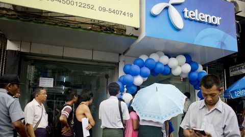 Telenor fikk to millioner nye mobilkunder i årets første kvartal i Myanmar og hadde ved utgangen av mars 18,2 millioner kunder i landet. Her fra en av Telenors mobilbutikker i Yangon. Nå prøver Telenor å finne nye eiere til selskapet.