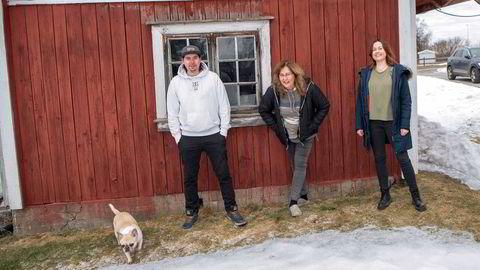 I løpet av to uker i mars ble hele familien Hoel fra Eidsvoll permittert fra jobbene ved Oslo lufthavn Gardermoen. Ett år senere står de fortsatt uten arbeid.
