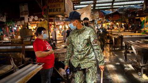 I slutten av april hadde Filippinene tatt 120.000 mennesker for brudd på karantenereglene og fengslet 30.000 for brudd på lokale koronaregler, skriver artikkelforfatteren.
