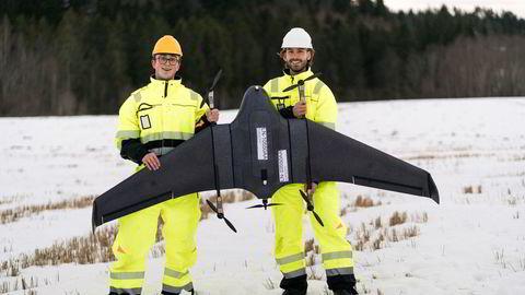 Her er de to NTNU-studentene (f.v.) Herman Øie Kolden (23) og Bernhard Paus Græsdal (25) avbildet med dronen som fløy fra Røros til Trondheim. Sammen Lars Erik Fagernæs (26) står de bak droneselskapet Aviant som skal frakte sykehusmateriale, i første omgang blodprøver, mellom sykehus ved hjelp av droner.