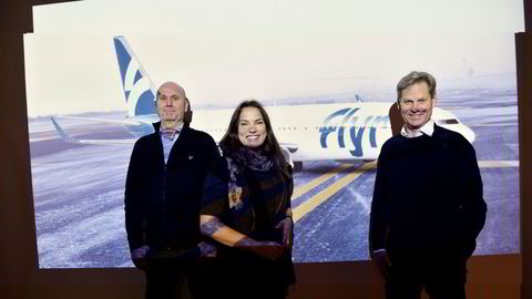Det nye flyselskapet Flyr med Erik Braathen (fra høyre) som fødselshjelper er klar med en slagplan. Her med påtroppende sjef Tonje W. Frislid og finansdirektør Brede Huser – og i bakgrunnen er flyene slik det blir et innslag på norske flyplasser før sommeren.