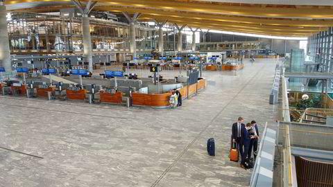 Lite folk på Oslo lufthavn, men de som kommer fra utlandet bør få beskjed om at det er obligatorisk testing.