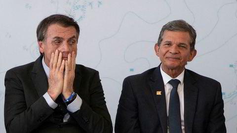 Jair Bolsonaro (t.v.) avbildet med den tidligere generalen Joaquim Silva e Luna, som han ønsker som ny toppsjef i det statlige oljeselskapet Petrobras.