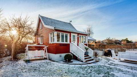 Den 30 kvadratmeter store hytta på Nakholmen med utedusj og tørrklosett har en prisantydning på 4,9 millioner kroner.